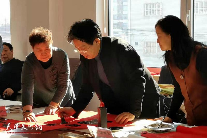 李毅峰在活动现场写福。