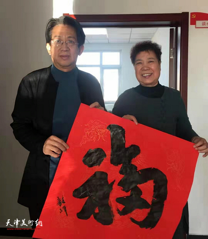 李毅峰在活动现场写送福。