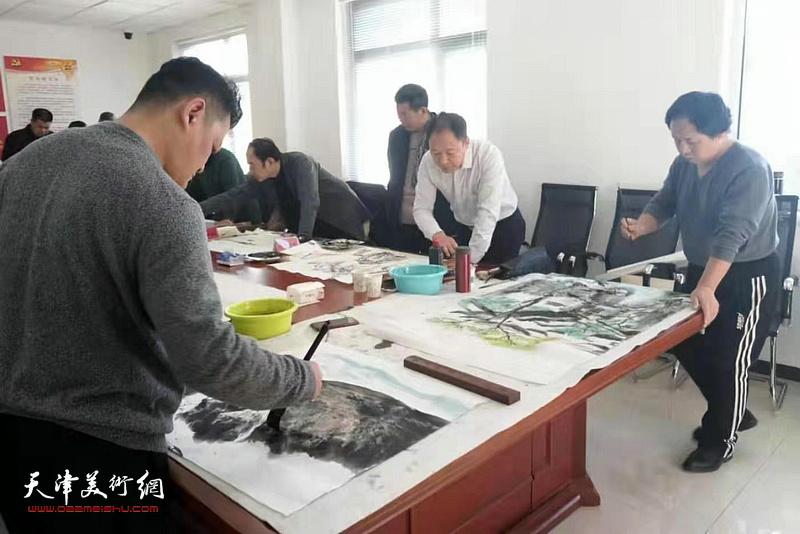 白鹏、李思哲在活动现场创作。
