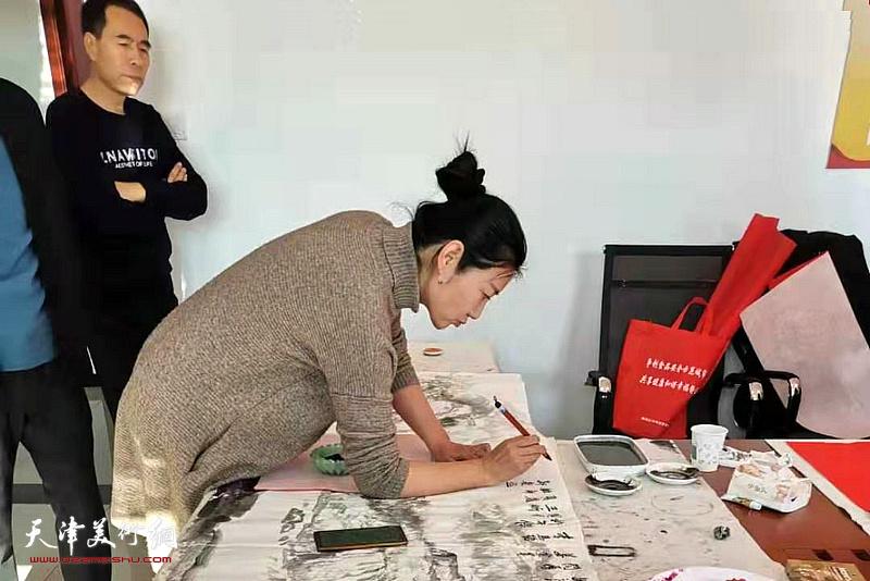 赵红云在活动现场创作。