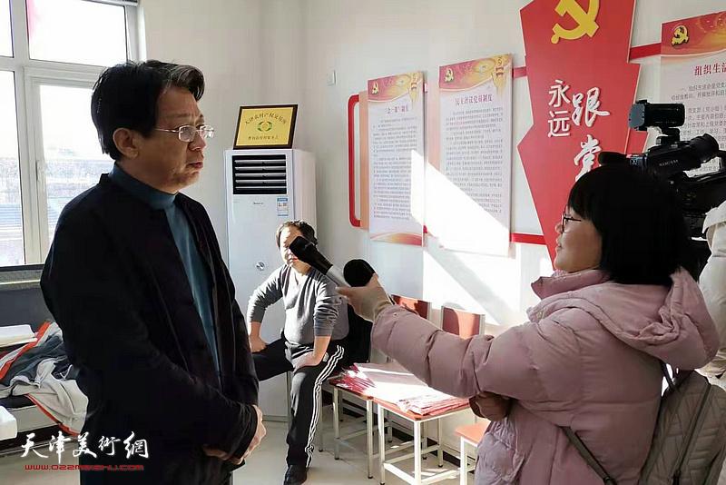 李毅峰在活动现场接受媒体采访。
