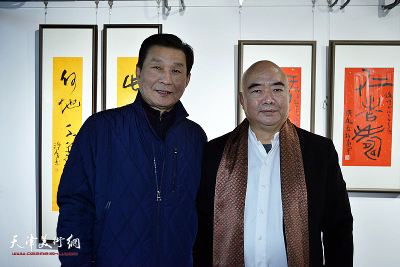尹沧海、刘志刚在展览现场。