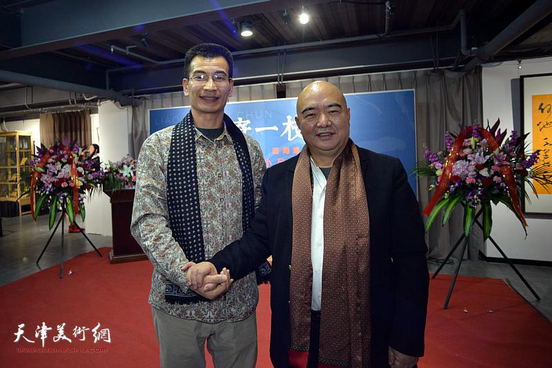 尹沧海、姜金军在展览现场。