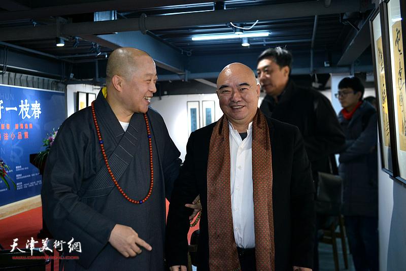 尹沧海、智如法师在展览现场。