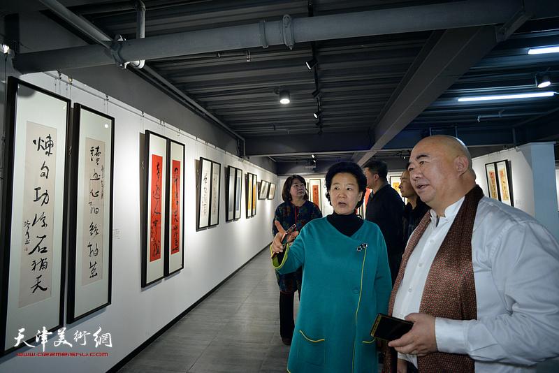 曹秀荣、尹沧海在展览现场观看作品。
