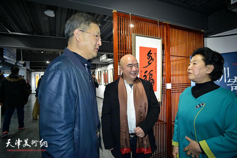 曹秀荣、史瑞杰、尹沧海在展览现场交流。