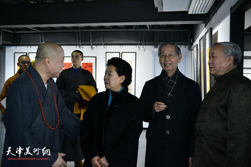 曹秀荣、唐云来、刘建华、智如在展览现场交流。