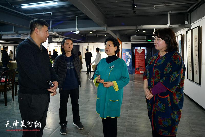 曹秀荣、朱彤、刘远征、安士胜在展览在展览现场交流。