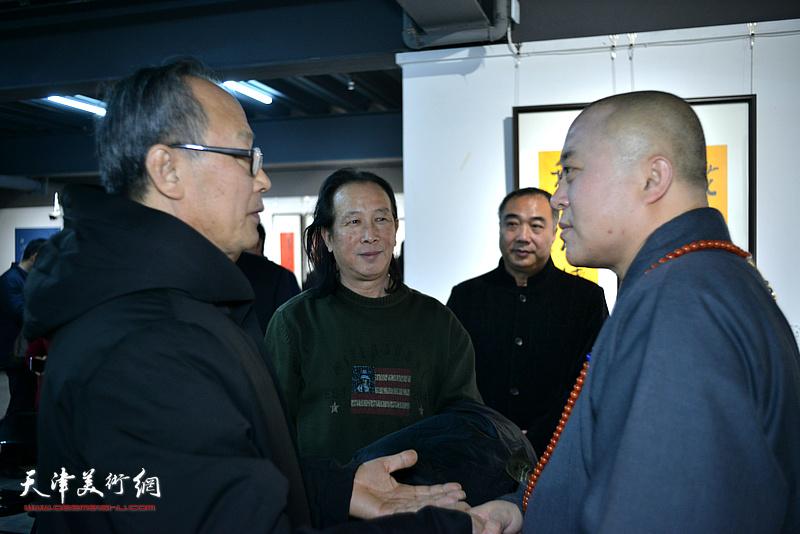 智如、陈福春、周世麟在展览现场交流。