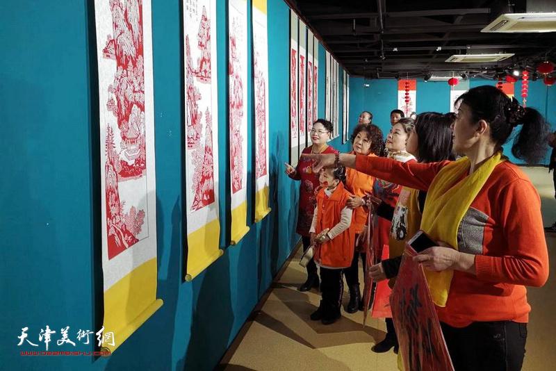 """""""灵鼠迎春共享小康""""天津市民间美术展在天津市群众艺术馆展厅开幕"""
