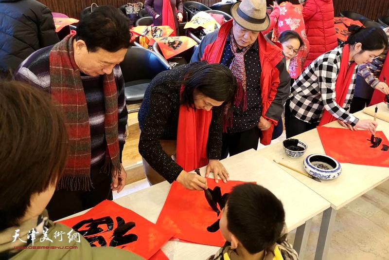 """天津市民间美术展开幕当日,还举办了""""我们的中国梦文化送万家""""活动。"""