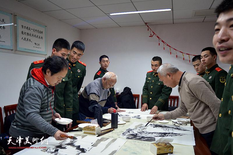 谷伯言、刘金强、李思哲在慰问现场创作。