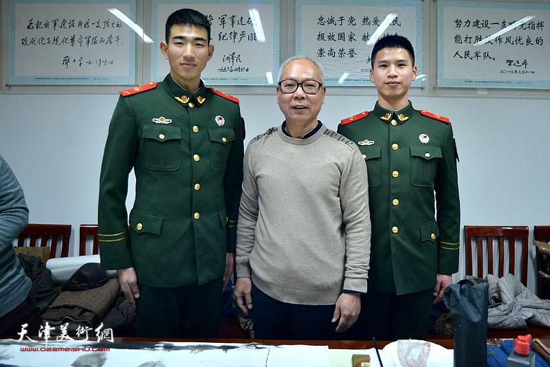 刘金强与武警战士在慰问现场。