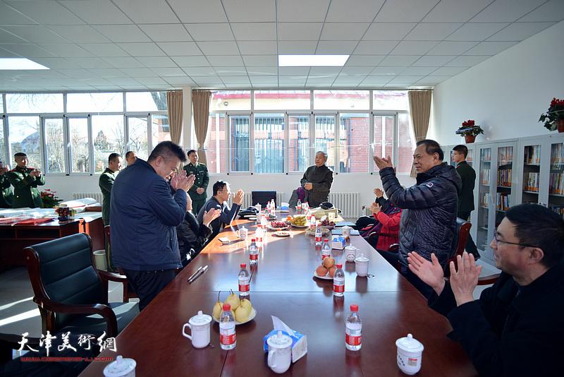 梅江书画院迎春送福、文化进军营活动现场。