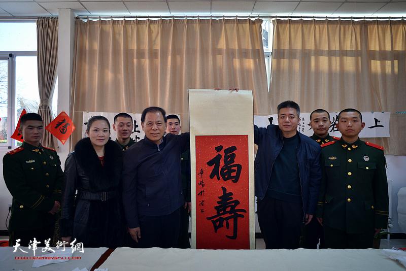 康凤海、崔希鹏、罗玉兰向武警战士送福。