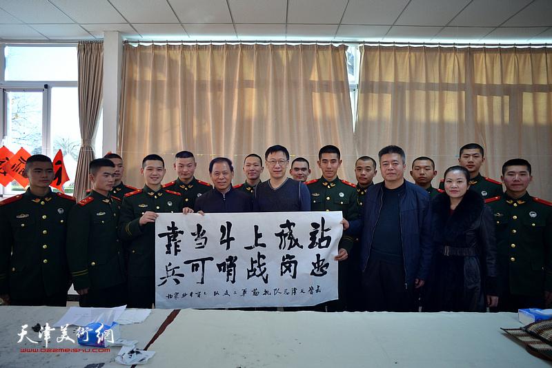 康凤海、崔寒柏、崔希鹏在慰问活动现场。