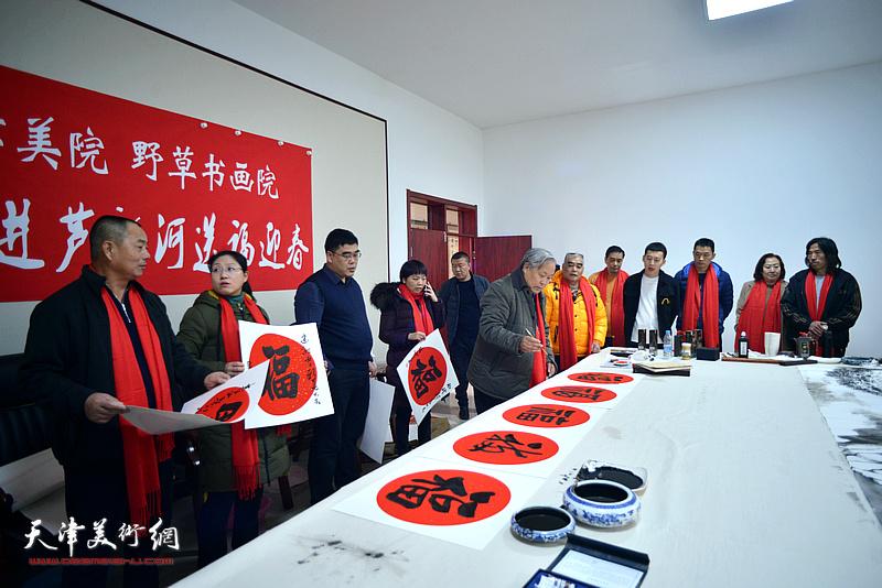 南开大学、天津美术学院、野草书画院红色轻骑兵走进芦新河送福迎春活动现场。