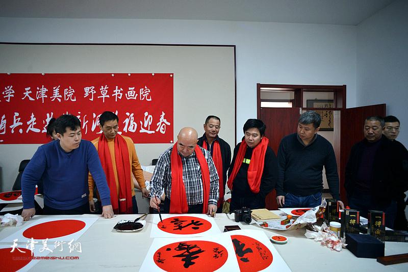 尹沧海在送福迎春活动现场。