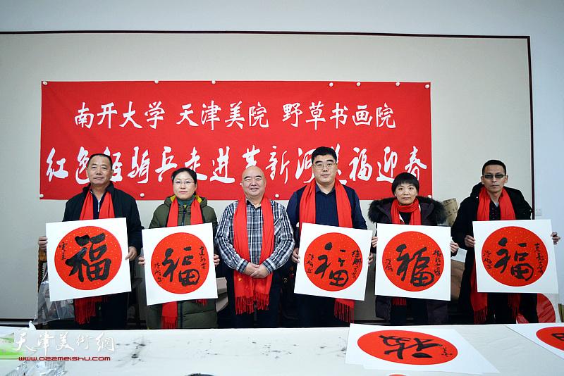 尹沧海与刘建红,李树玲、徐鹏、王树江在送福迎春活动现场。