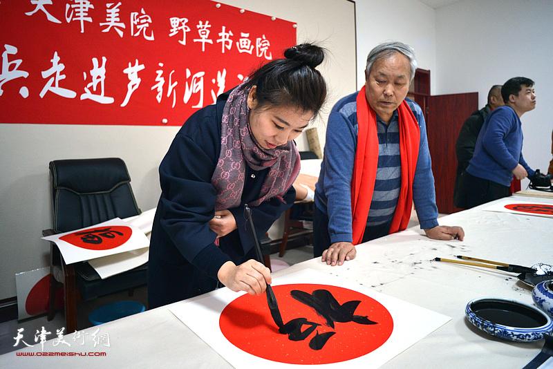 张琳在送福迎春活动现场写福字。