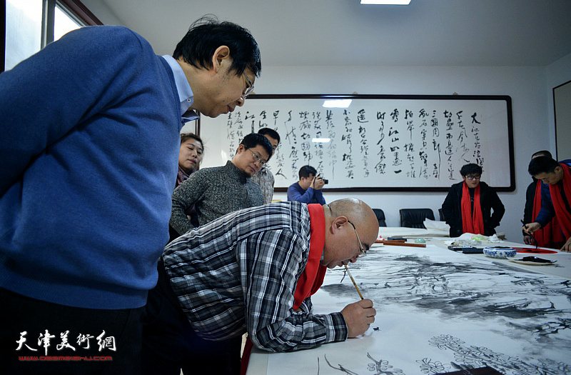 尹沧海在创作巨幅山水画《高山仰止》。