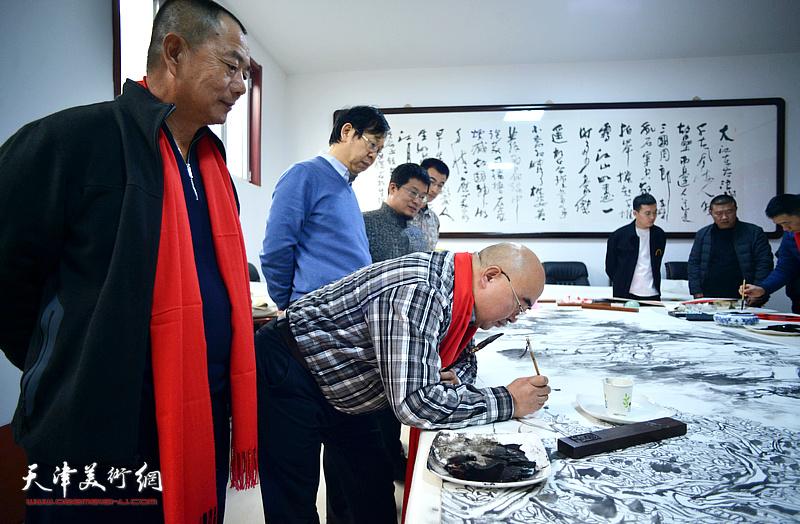 尹沧海、路洪明、姜金军、闫勇、张琳在创作巨幅山水画《高山仰止》。