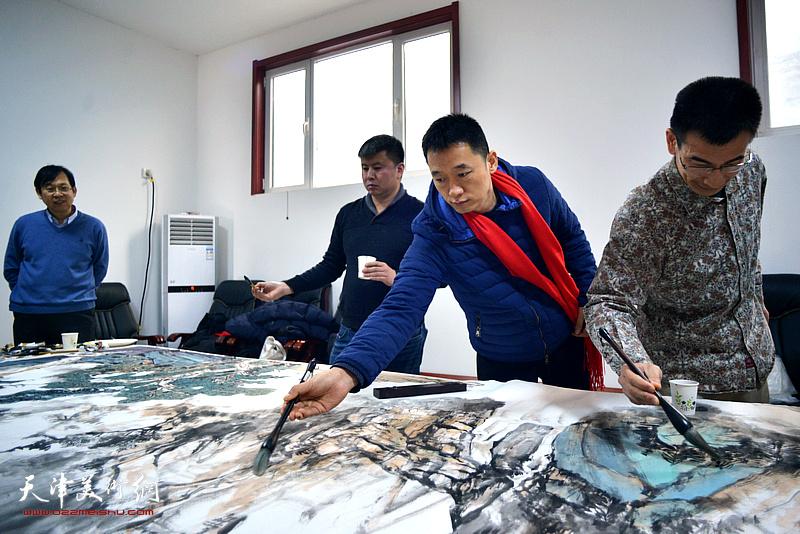 周午生、姜金军、刘远征在创作巨幅山水画《高山仰止》现场。