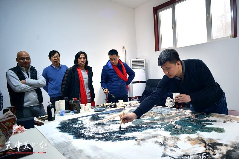 刘远征在创作巨幅山水画《高山仰止》现场。
