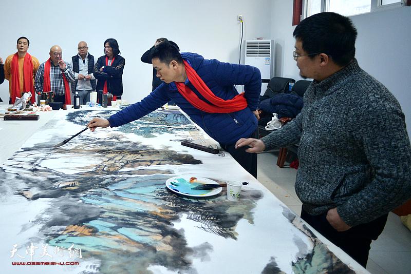 周午生、闫勇在创作巨幅山水画《高山仰止》现场。