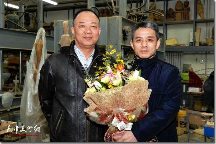王海林与陈钢在展览现场上。