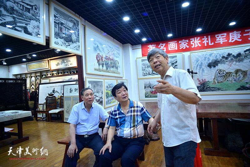 张礼军向郭凤祥、翟鸿涛介绍展出的作品。