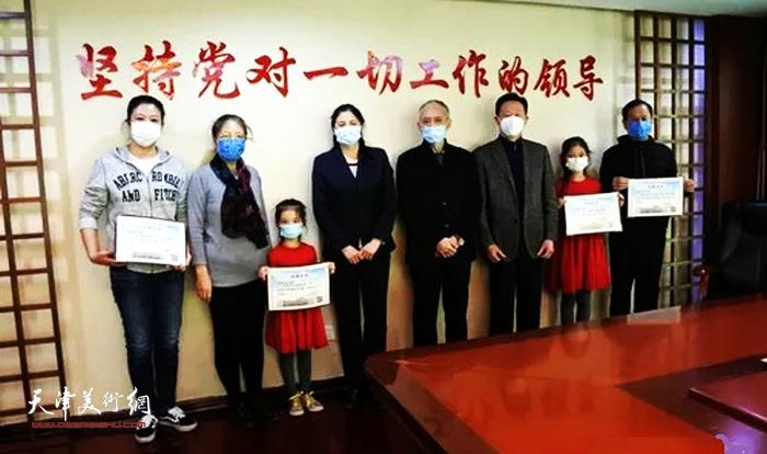 """叶赫那拉·振海向天津档案馆捐赠祖孙三代特别为""""抗疫""""创作的四幅书法作品。"""
