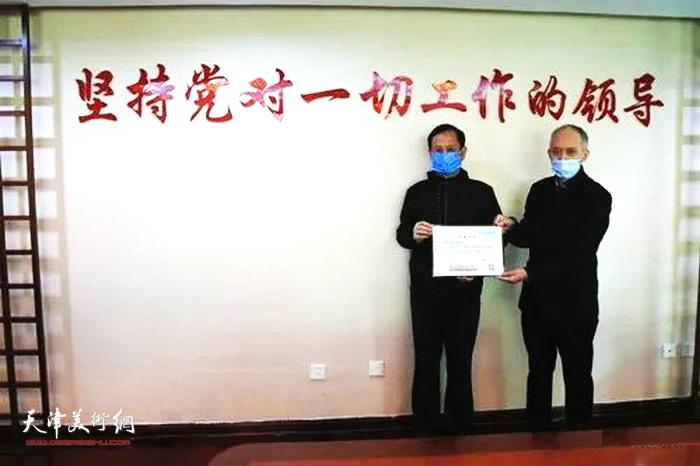 天津档案馆副馆长荆浩向振海颁发捐赠证书。