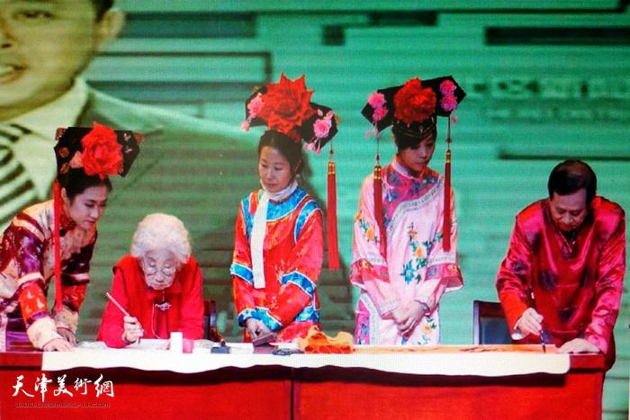 爱新觉罗·毓宜的宫廷花鸟与叶赫那拉·振海的滿汉双文共同弘扬传统文化
