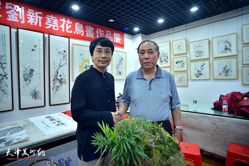 刘新尧与郭凤祥在画展现场。