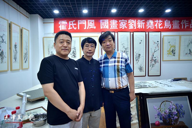 左起:单连辰、刘新尧、翟鸿涛在画展现场。