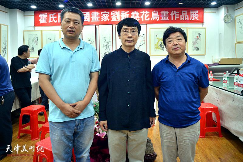 左起:高文军、刘新尧、曹国年在画展现场。