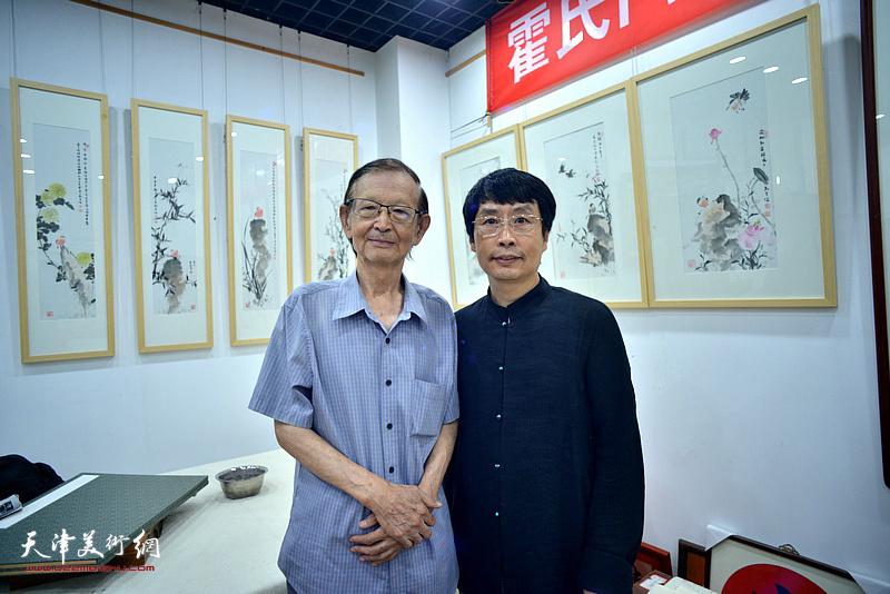 刘新尧与房师武在画展现场。