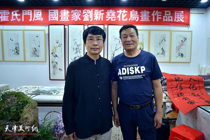 刘新尧与季家松在画展现场。