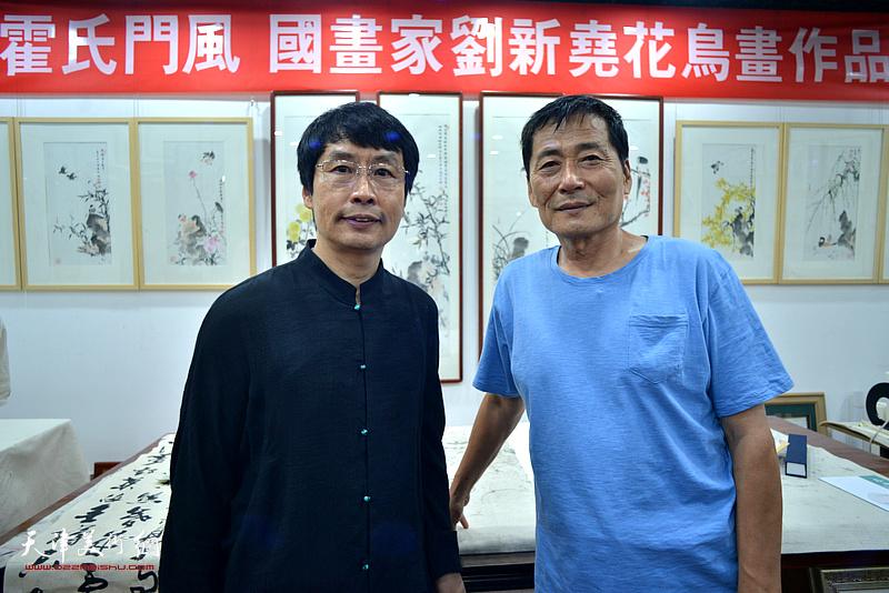 刘新尧与孔祥月在画展现场。