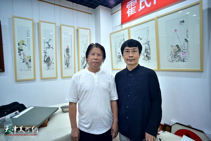 刘新尧与李学亮在画展现场。