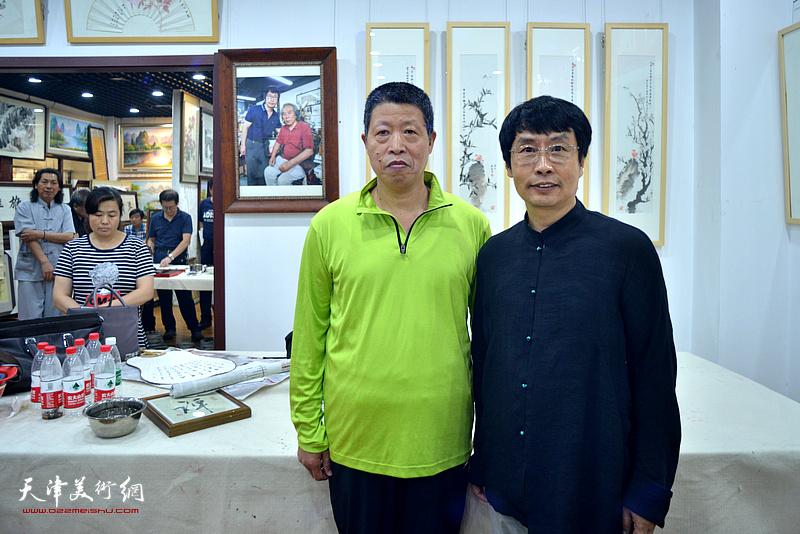 刘新尧与郭章顺在画展现场。