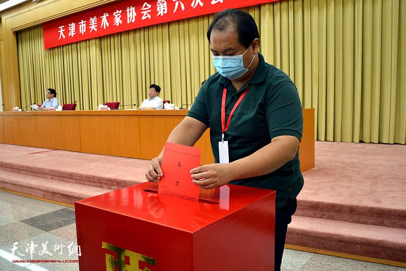 天津市美术家协会副主席陈治进行投票。