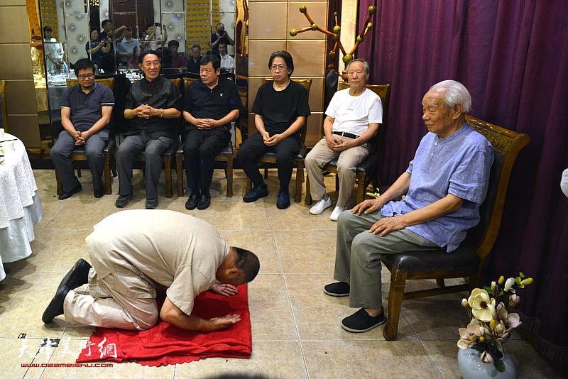 新徒弟皮守东向纪振民先生行传统跪拜大礼。