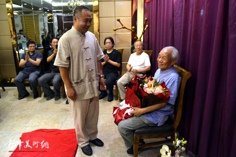 新徒弟皮守东向纪振民先生敬献鲜花。