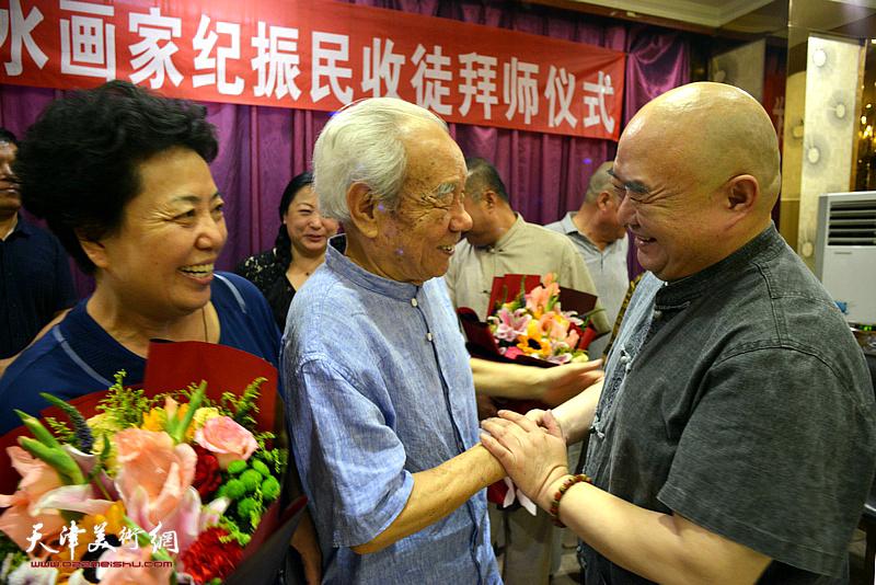 尹沧海先生祝贺纪振民先生喜收新徒。