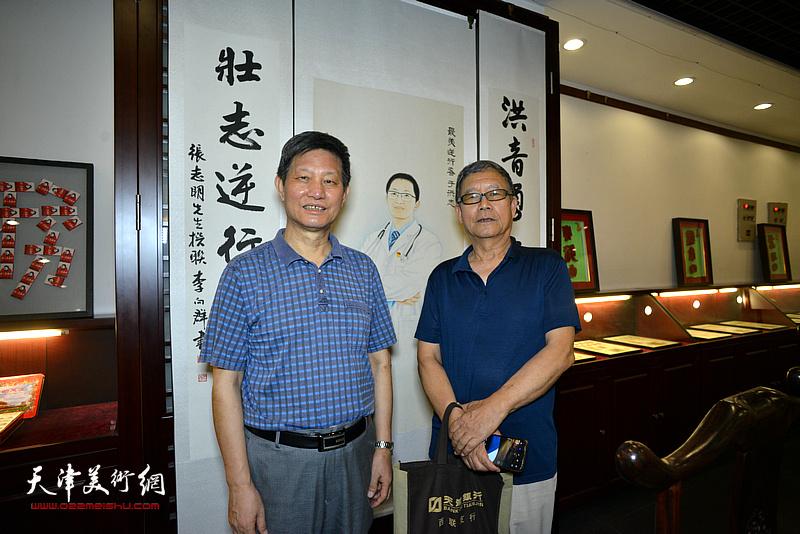 李向群、王庆普在展览现场。