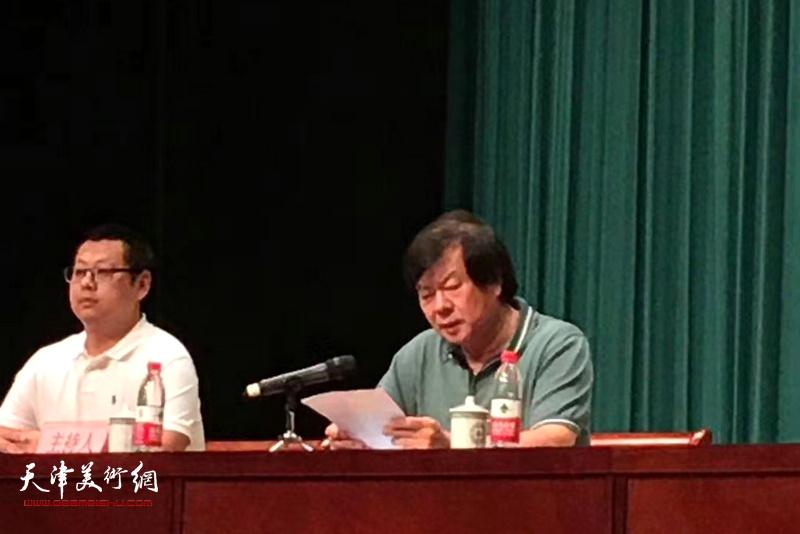 新当选津南区美术家协会主席的史振岭在成立大会上发言。
