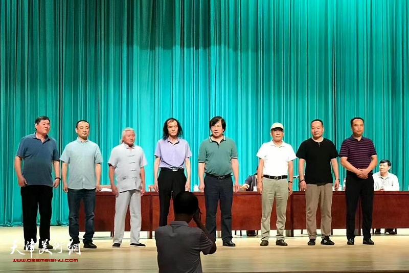 首届津南区美术家协会领导机构亮相。