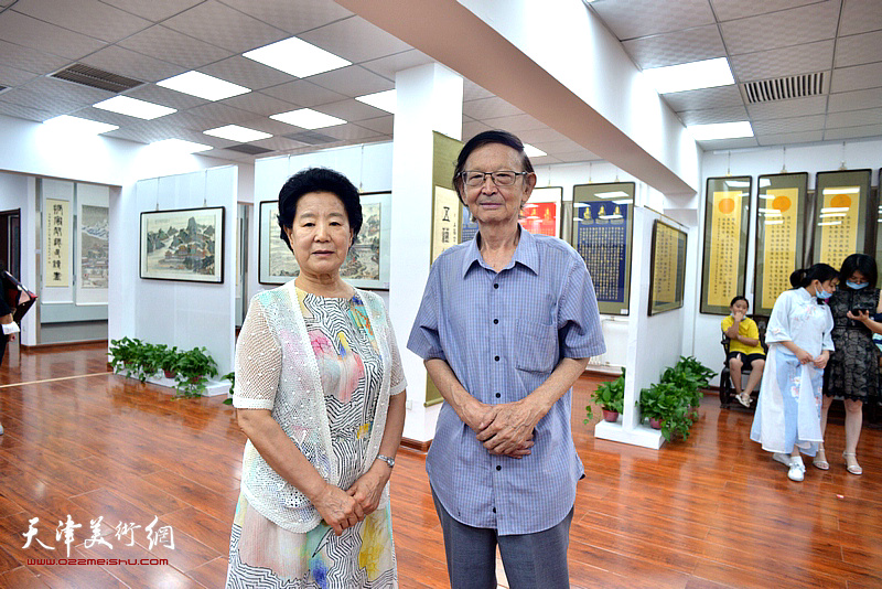 曹秀荣与老画家房师武在展览现场。